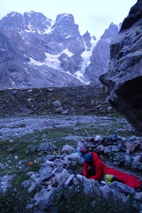 Ons bivak met op de achtergrond de noordgraat van Mont Pelvoux
