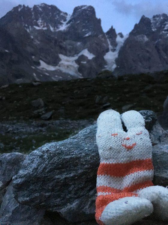 De knuffel in het bivak met op de achtergrond Mont Pelvoux